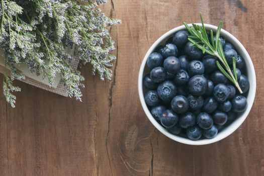 Blueberries and bouquet · free photo