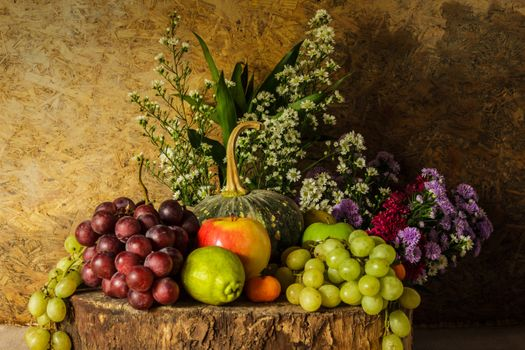 Grapes and bouquets · free photo