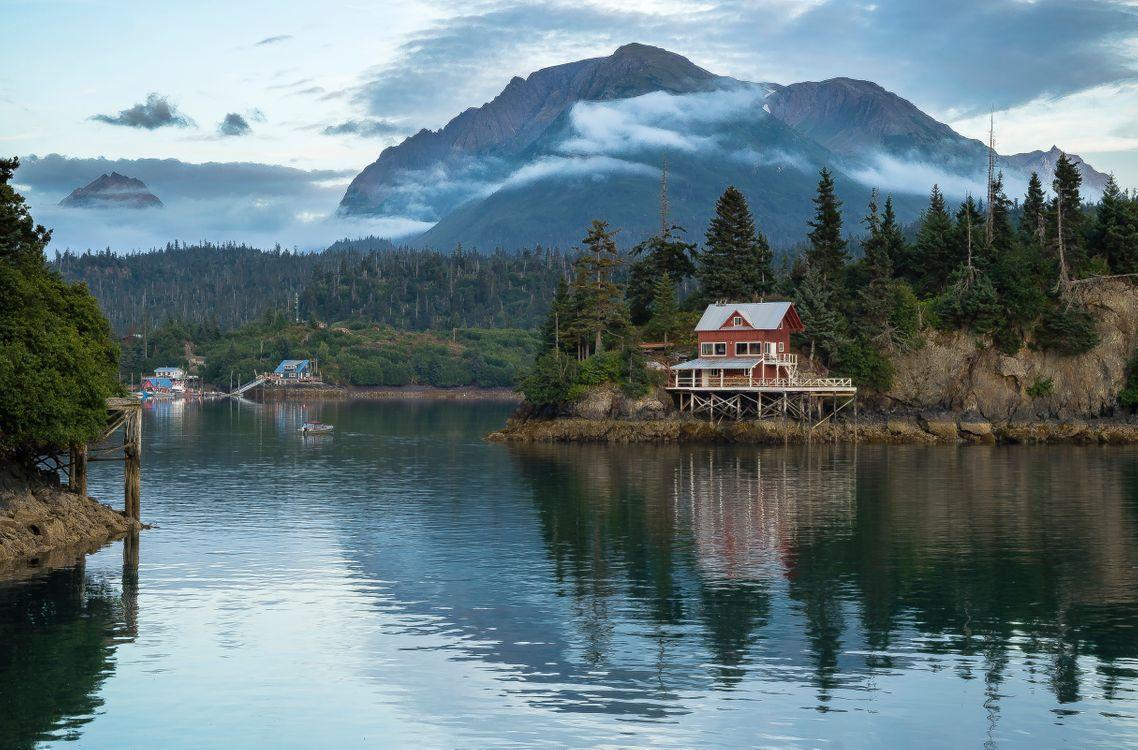 Фото бесплатно Red House, Halibut Cove, Alaska, горы, водоём, лес деревья, домик, природа, пейзаж, пейзажи