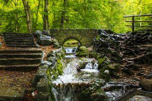 Арочный мост в старом парке