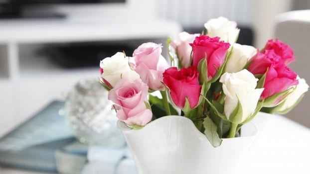 Бесплатные фото cvety,rozy,buket,vaza,rozovyy,бутоны,розы,красные,белые,розовые,ваза,декор