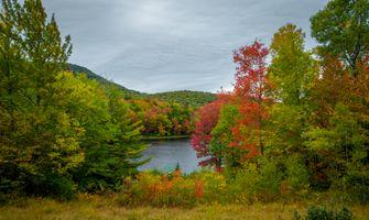 Фото бесплатно озеро, водоём, осень, деревья, домик, горы, природа, пейзаж