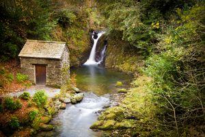 Домик у водопада · бесплатное фото