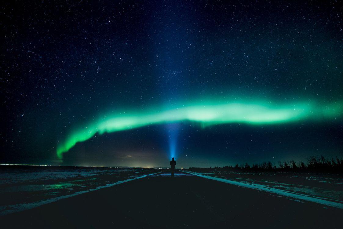 Фото бесплатно северное сияние, дорога, человек - на рабочий стол