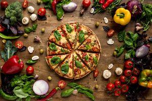Пицца и много овощей · бесплатное фото