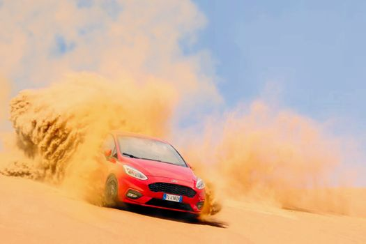 Drift the car on the sand · free photo