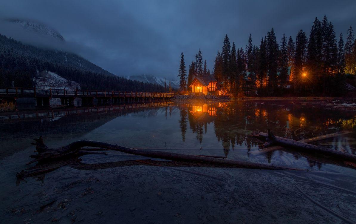 Обои Изумрудное озеро, Emerald Lake, Канада, ночь, домик, озеро, свет картинки на телефон