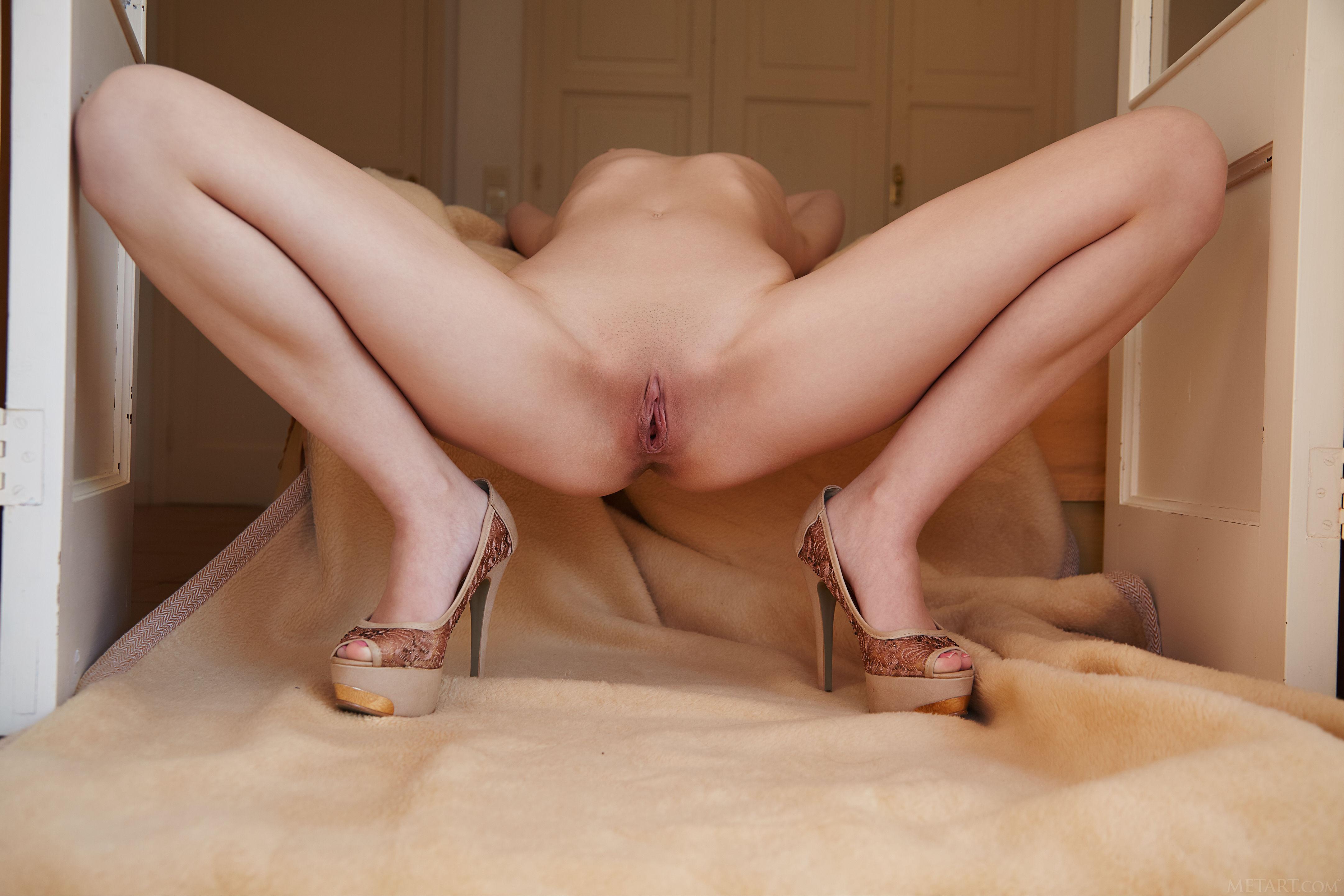 Пизда с красивыми ножками большая женская грудь