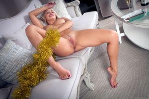 Бесплатные фото Сарика,Сарика А,Анна,блондинка,диван,голая,сиськи