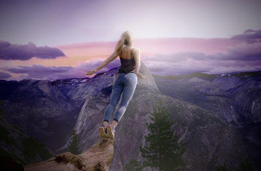 Бесплатные фото закат,горы,девушка,блондинка,падение,прыжок,небо,облака,ситуация