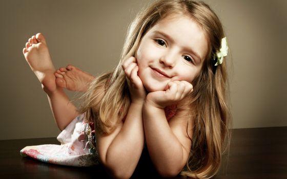 Little girl smiling · free photo