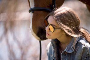 Джиджи Хадид с лошадью · бесплатное фото