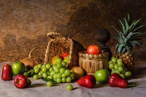 Натюрморт с ананасом и виноградом · бесплатное фото