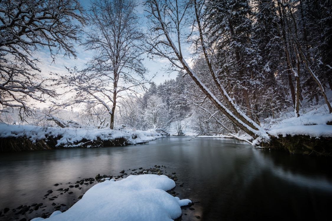 Скачать картинку река, снег для рабочего стола бесплатно