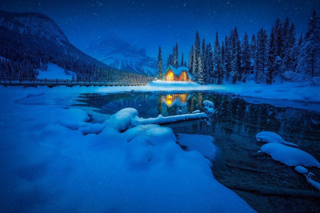 Фото бесплатно Emerald Lake, Yoho National Park, Canada, Изумрудное озеро, Национальный парк Йохо, Канада, зима, сумерки, озеро, домик, горы, ночь, снег, природа, пейзаж, пейзажи