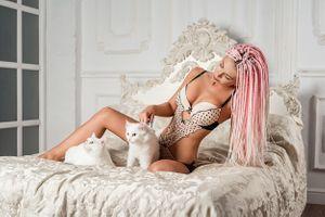 Бесплатные фото девушка с котятами,Woman,девушка,девушки,макияж,лицо,косметика