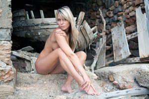 Браздова Дениса молодая девушка позирует голой