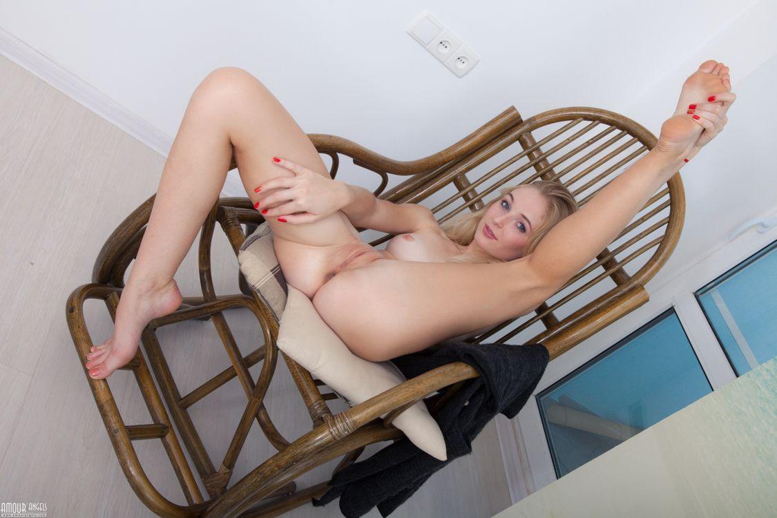 Хочет трахаться на стуле · бесплатное фото