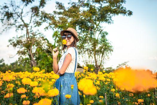 Фото бесплатно женщина, желтые цветы, счастливое лицо