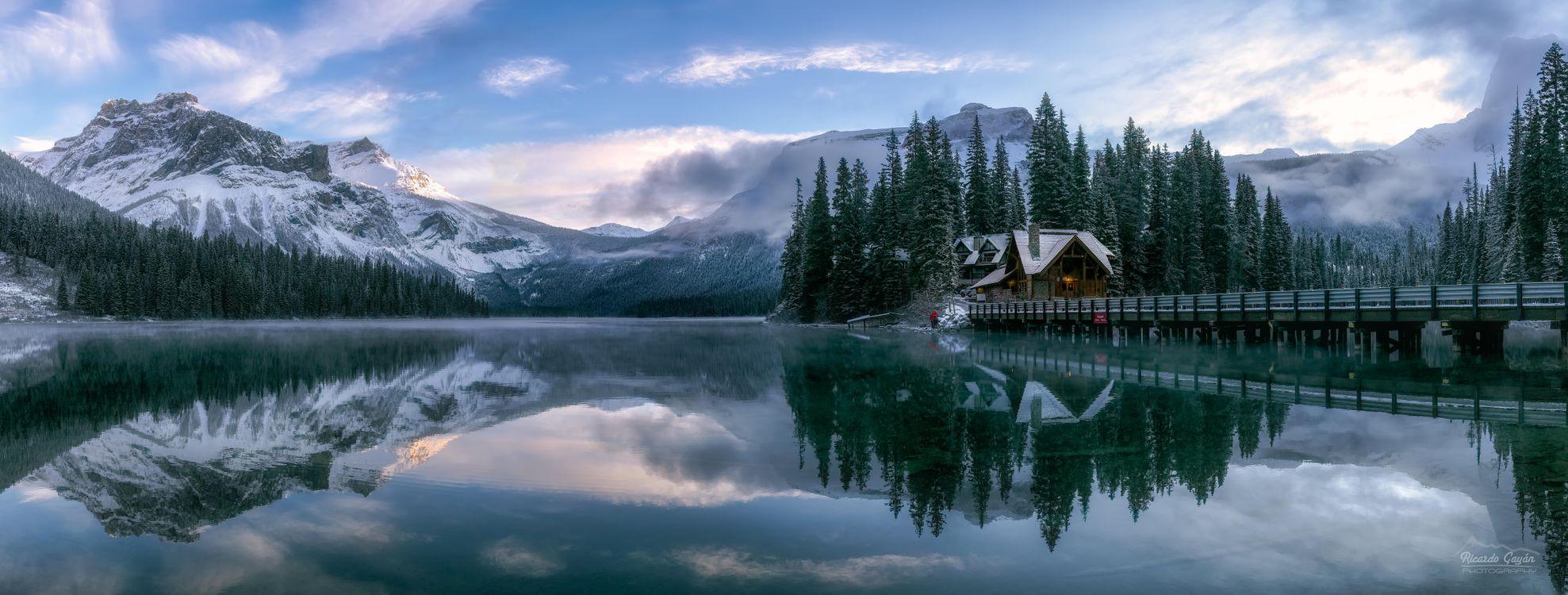 Фото бесплатно Emerald Lake, Yoho National Park, Canada, Изумрудное озеро, Национальный парк Йохо, Канада, зима, озеро, домик, горы, деревья, мост, пейзаж, панорама, пейзажи