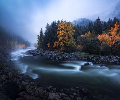 Заставки Цвета осени в сумерках,Ливенворт,Вашингтон,река,осень,туман,сумерки,деревья,природа,пейзаж