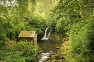 Водопад и старая избушка