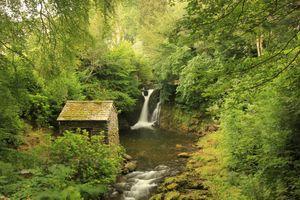 Водопад и старая избушка · бесплатное фото