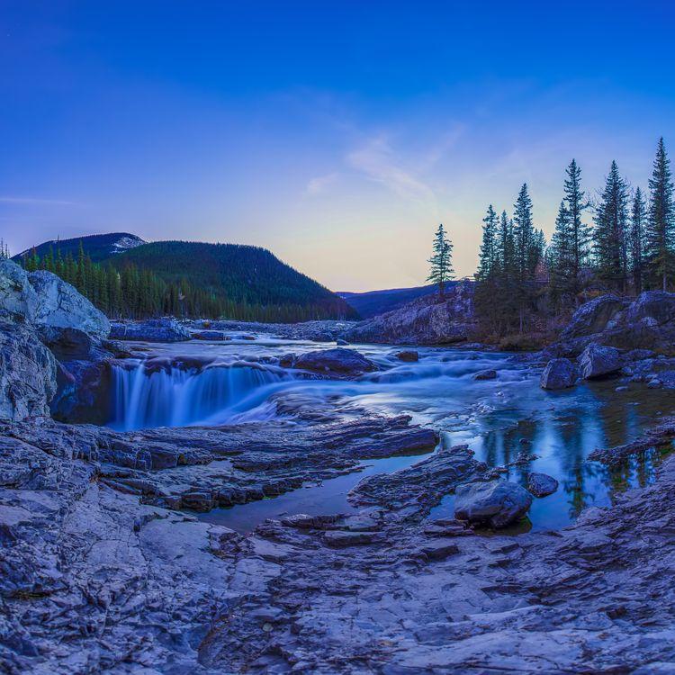 Фото бесплатно Elbow Falls, Alberta, Kananaskis, сумерки, закат, водопад, река, горы, деревья, скалы, природа, пейзаж, пейзажи - скачать на рабочий стол
