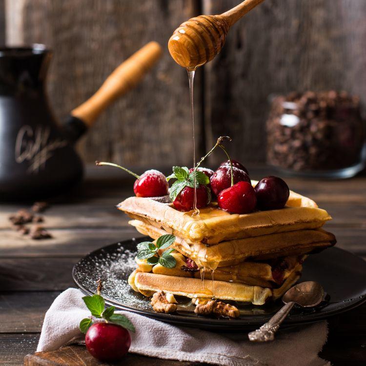 Домашние вафли с мёдом и вишней · бесплатное фото