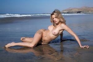 Бесплатные фото Nikky Case,красотка,голая,голая девушка,обнаженная девушка,позы,поза