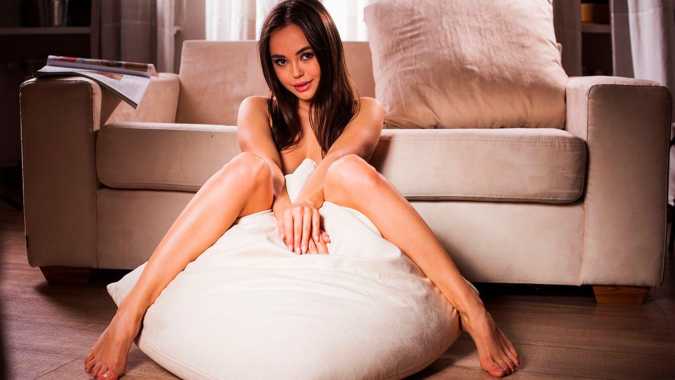 Голая Ли Мун с подушкой · бесплатное фото