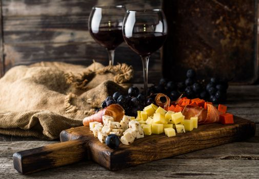 Grape wine and cheese cubes