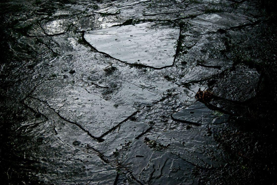 Обои капли, дождь, тротуар картинки на телефон