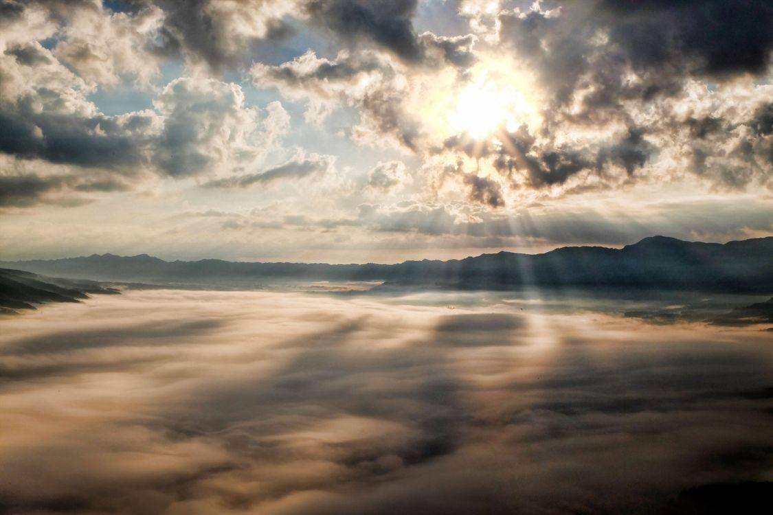 Фото бесплатно горизонт, легкий, облако, небо, солнце, восход, закат солнца, солнечный лучик, утро, волна, рассвет, атмосфера, смеркаться, вечер, размышления, пейзажи