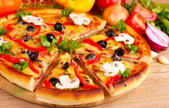 Кусочки пиццы с грибами