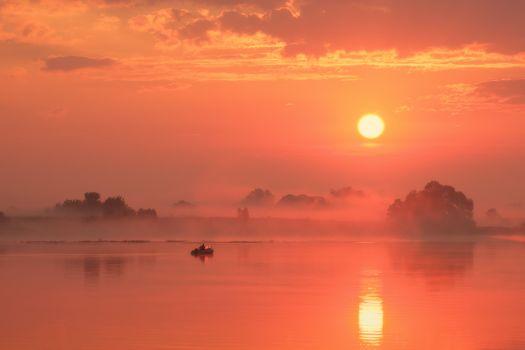 Туманный летний рассвет в Константиново · бесплатное фото