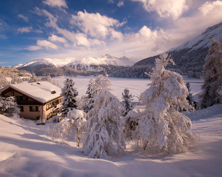 Обои Санкт-Мориц, Солнечный день, зима, озеро, горы, дом, деревья, снег, сугробы, пейзаж, Швейцария на телефон | картинки пейзажи