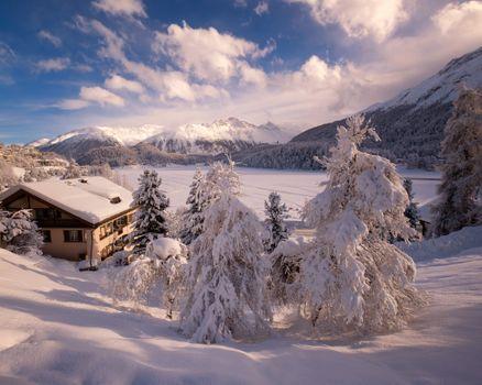 Заставки Санкт-Мориц,Солнечный день,зима,озеро,горы,дом,деревья,снег,сугробы,пейзаж,Швейцария