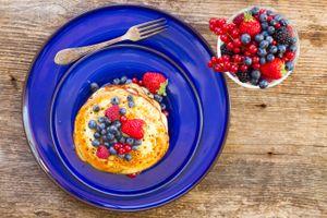 Бесплатные фото блины,ягоды,тарелка,ложка,черника,малина