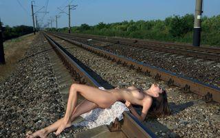 Бесплатные фото Грузия,Вива,брюнетка,на открытом воздухе,железная дорога,треки,одеяло