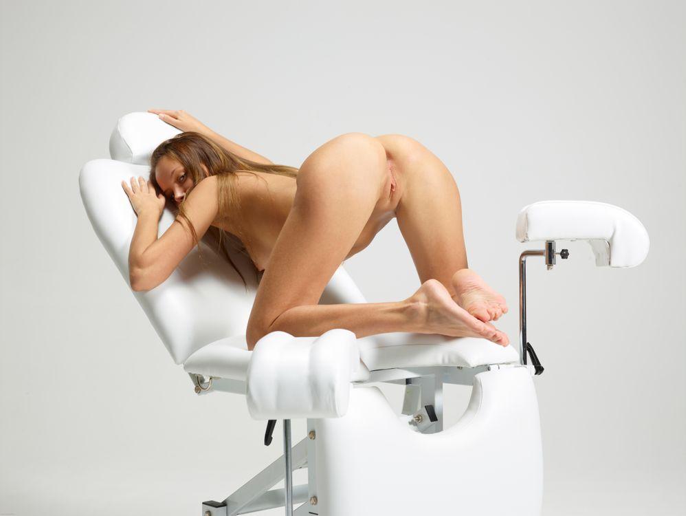 foto-molodoy-devushki-na-stule-u-ginekologa-paren-pristegnutiy-naruchnikami-porno-foto