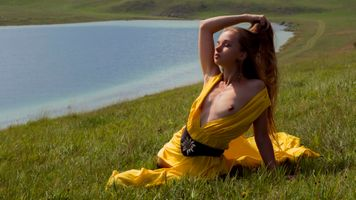 Бесплатные фото milena,yellow dress,dress,brunette,grass,lake,tits