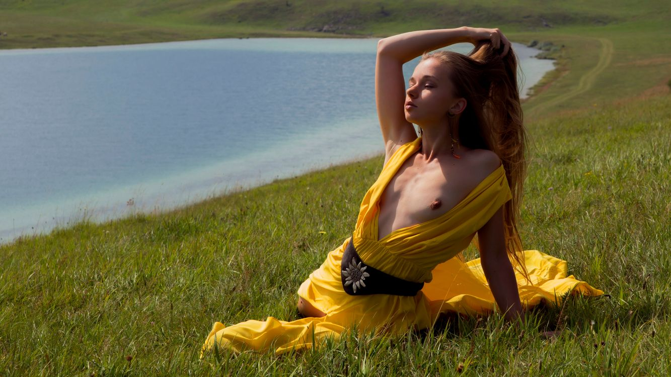 Фото бесплатно milena, yellow dress, dress, brunette, grass, lake, tits, эротика