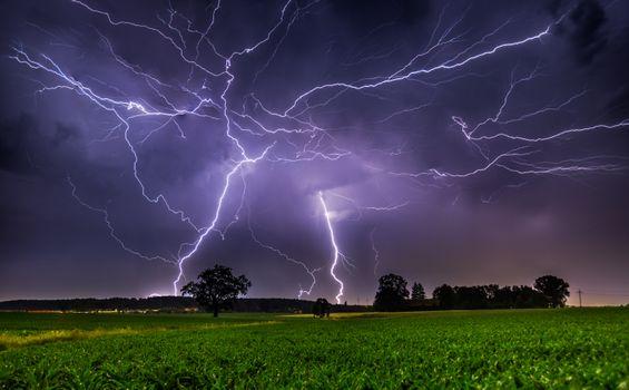 Бесплатные фото молния,гроза,шторм,облачный,облака,облака грозовые,пейзаж,сельская местность,погода,ночь,поле,деревья