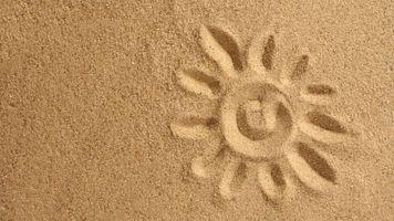 Рисунок солнца на песке · бесплатное фото
