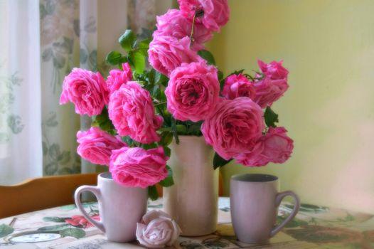 Бесплатные фото ваза,розы,цветы,флора,стол,кружки,натюрморт