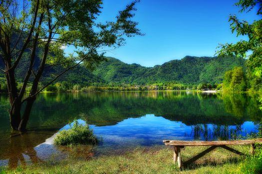 Фото бесплатно озеро, парк, горы деревья лавочка