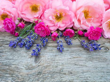 Цветочное ассорти на деревянном столе
