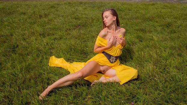 Бесплатные фото milena,pussy,labia,yellow dress,dress,brunette,handbra,grass