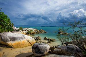 Бесплатные фото Красивая Индонезия,море,пляж,камни,деревья,небо,облака